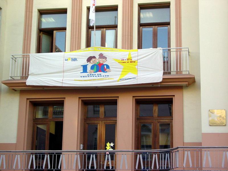 Pancarta en la fachada de nuestro Centro